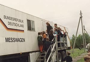 Children entering the radioactive measurement car sponsored by Walter Gastreich Stiftung