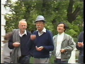 Wolga-1990-R-Neth-and-Ono-eating-sunflower-seeds-
